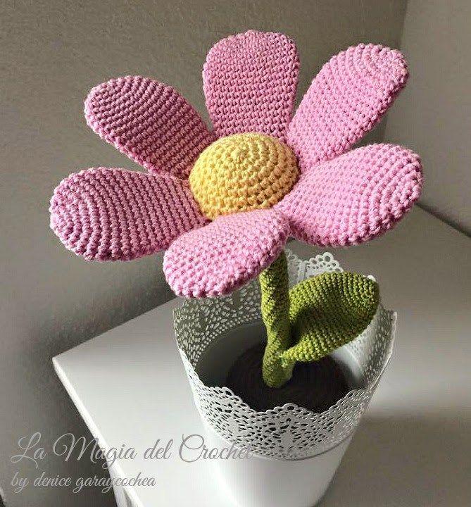 Patrón gratis amigurumi de flor preciosa! Espero que os guste tanto como a mi! Idioma: Español Visto en la red y colgado en mi pagina. Patrón: