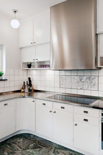 Ett måttbyggt funkiskök i originalstil i Södra Ängby i Bromma. Överfalsade luckor med rundad funkisprofil. Rundad skåpslucka i hörnet och ru...