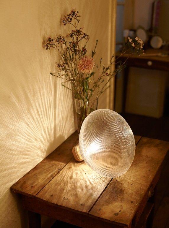 Petite Friture Tidelight tafellamp: De structuur van deze tafellamp is gebaseerd op de koplampen van klassieke auto's.