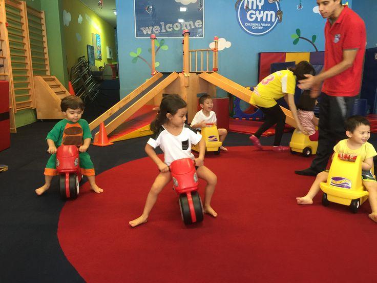 Espaço de ginástica com o objetivo de desenvolvimento físico, cognitivo e social onde as crianças ganham, brincando, aumento da força, equilíbrio, aptidão, coordenação, habilidades motoras e reforço de auto estima, através de música, dança, acrobacias, jogos, ginástica não competitiva, esportes e mais.