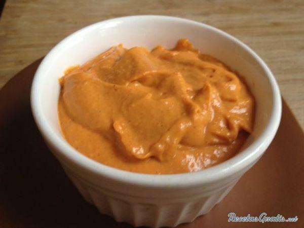 Aprende a preparar salsa brava con esta rica y fácil receta. Con el huevo, el aceite y la sal hacemos una mayonesa. Cuando este hecha le ponemos las guindillas sin...