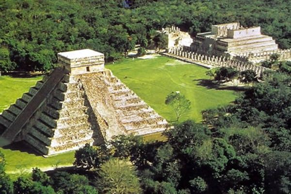 Chichén Itzá (maya: (Chichén)Boca del pozo; de los (Itzá)brujos de agua ) es uno de los principales sitios arqueológicos de la península de Yucatán, en México, ubicado en el municipio de Tinum, en el estado de Yucatán. Vestigio importante y renombrado de la civilización maya, las edificaciones principales que ahí perduran corresponden a la época de la declinación de la propia cultura maya denominada por los arqueólogos como el período posclásico.