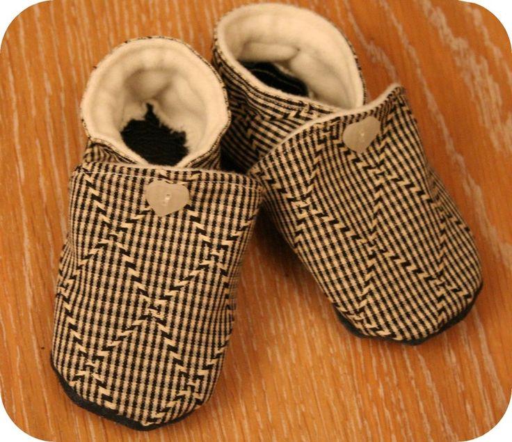 Patron à télécharger et pas à pas pour réaliser une paire de chaussons souples pour petits pieds. (voir tout en bas de l'article du tuto lié pour récupérer les patrons à imprimer).  Tailles : 0-3 mois, 3-6 mois et pointures 20 à 30