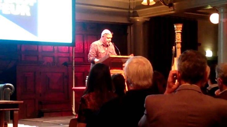 Marnix Peeters leest voor uit zijn boek 'De trapchauffeur' tijdens de lancering van Hollands Diep