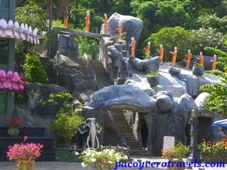 Subida al Templo de oro de Dambulla #srilanka http://www.pacoyverotravels.com/2014/01/visita-templo-de-oro-dambulla-sri-lanka.html