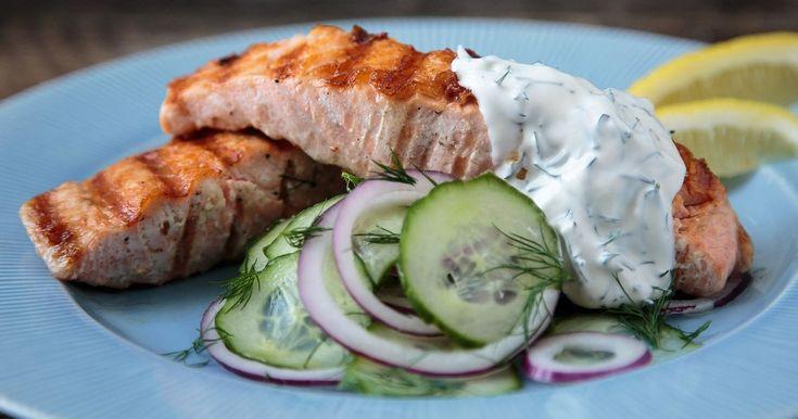 Laks er favorittfisken til mange barn, og på grillen blir den alltid vellykket. For å variere litt, er det også godt med tynne skiver fennikel i agurksalaten.