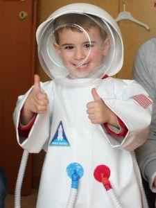 Astronauta. Costume da astronauta in plastica con casco fatto da due insalatiere