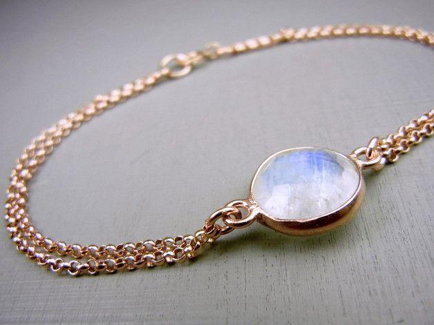Ein wunderschöner Mondstein schmückt dieses Armband in Roségold.  Es ist sehr stabil durch die doppelte Kette.  Größe Mondstein: 11mm Länge Armband:17cm Die Kette ist aus 14K Gold filled und...