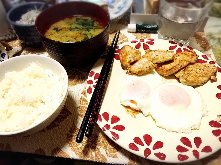 20170125夕飯。鶏肉カレー風味ソテー、目玉焼2個、玉葱とほうれん草のお味噌汁