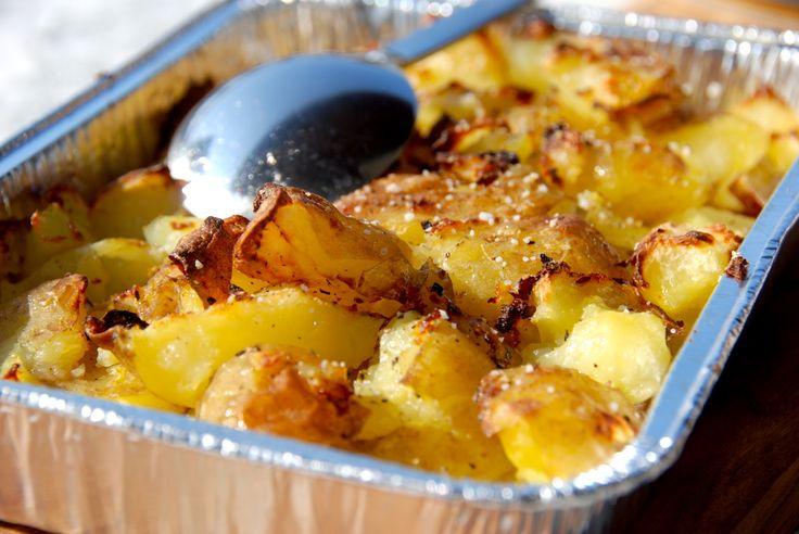 Her er den bedske opskrift på knuste kartofler, der mases, steges sprøde i ovnen eller grillen, og til sidst pensles…