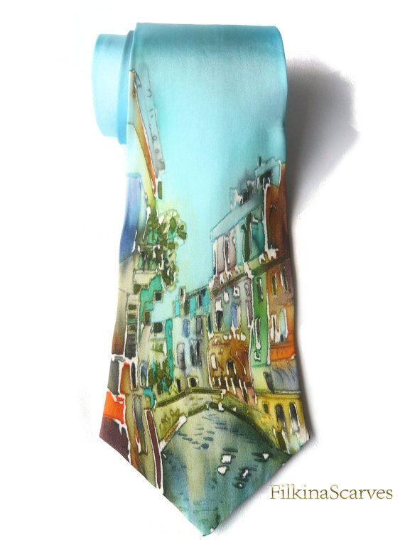 Urbano disegno seta pittura seta cravatta Mens cravatta per gli uomini blu Mens cravatte mens sessione di foto di nozze cravatta sposo cravatta di raso di seta di arte arte  Mens cravatta è fatta di seta naturale raso - dipinta a mano e fatti a mano al 100%  Unelegante cravatta di seta naturale mens Urban Scape Art in blu. ♥•❤•♥ Il tessuto è 100% raso di seta naturale Fodera/imbottitura: 100% cotone panama. • Ideale per: -tutti i giorni -occasioni speciali -matrimoni -sessioni di fotografia…