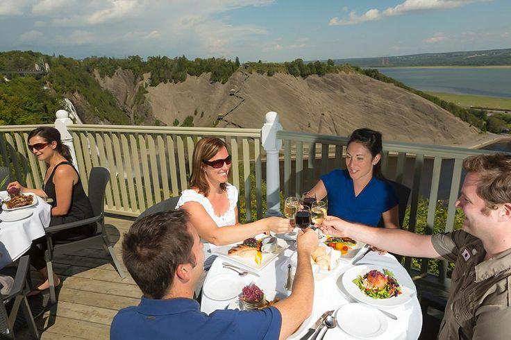 Dîner d'affaires après une réunion au Parc de la Chute-Montmorency. Dîner sur terrasse avec vue sur la chute Montmorency et le fleuve Saint-Laurent.