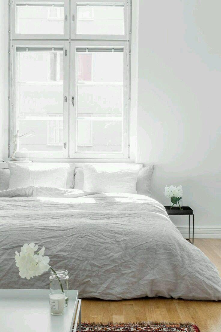 Simplicidad, confort y calidez es todo lo que necesito para sentir como un dormitorio se vuelve acogedor y romántico creando un ambiente con encanto que con simples detalles  Fuente: bolkv.fi