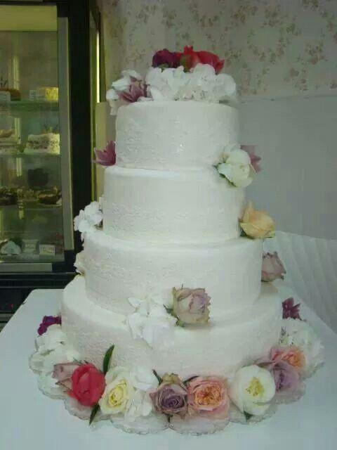 Tort nunta cu dantela comestibila si flori naturale