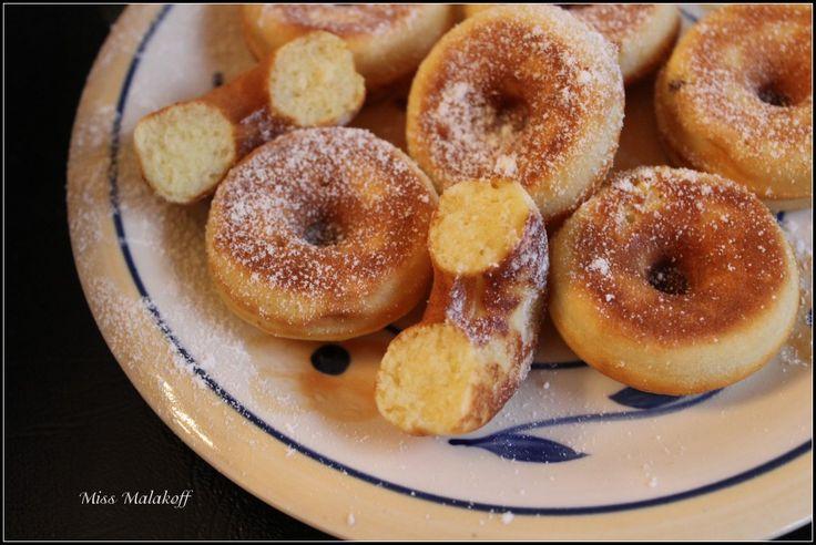 Beignet  Donuts   Appareil  50 gr de farine 2 cuillères à soupe de sucre 1 pincée de sel 1/2 cuillère à café rase de levure alsa 1 oeuf 2 cuillère à soupe de lait 25 gr de beurre fondu un fond d'huile pour badigeonner