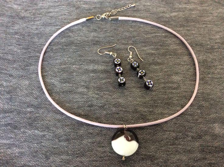 Set colier şi cerceluşi din sticla de Murano  în nuanţe de alb şi mov, pe şnur mov deschis, cu închizătoare reglabilă, argintie. bijuterii.micky@gmail.com