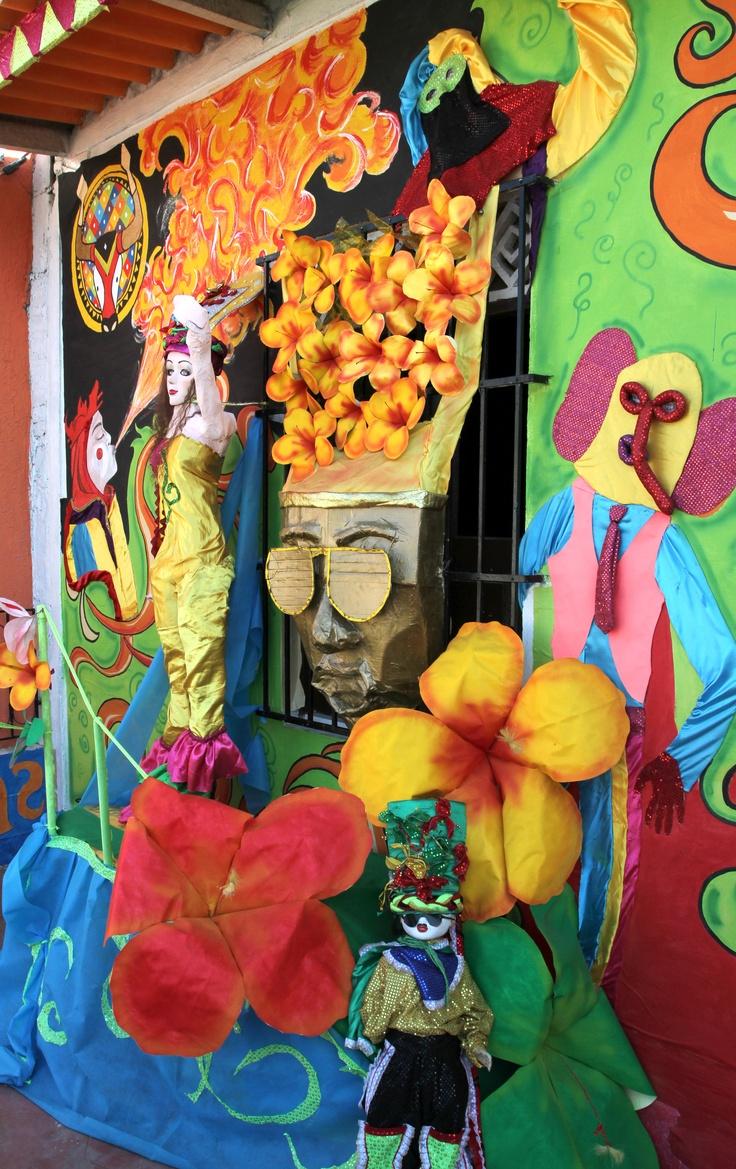 Los habitantes de la capital del Atlántico siguen transformando las  casas, edificios, centros comerciales y calles de 'La Arenosa', para recordarles a propios y visitantes que en Febrero se goza el Carnaval de Barranquilla. Foto: Carlos Capella, ETCE.