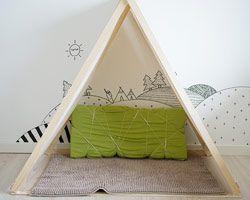 GULT HUS børneværelse med tippi og vægdekoration