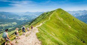 Oberstdorf bietet zum Wandern, Spazierengehen besten Voraussetzungen: Viele Wanderwege führen familienfreundlich durch die Allgäuer Alpen