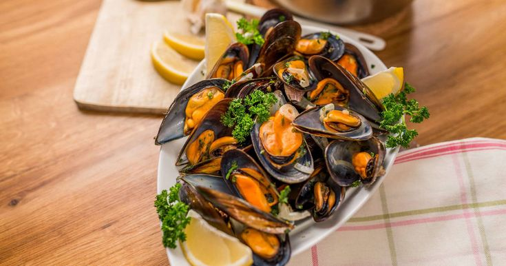 Mennyei Fehérboros feketekagyló recept! Ez a fehérboros feketekagyló recept egy egyszerű, különleges fogás. Elkészítéséhez semmilyen főzőtudomány nem szükséges, a végeredmény mégis csodálatos! Pirítóssal, vagy bagettel remek előétel lehet egy elegáns vacsorához! ;)