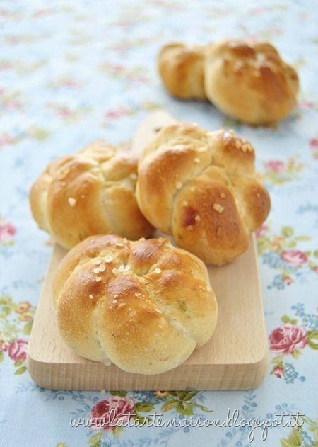 Roselline di pane con cipolla ed erbe aromatiche