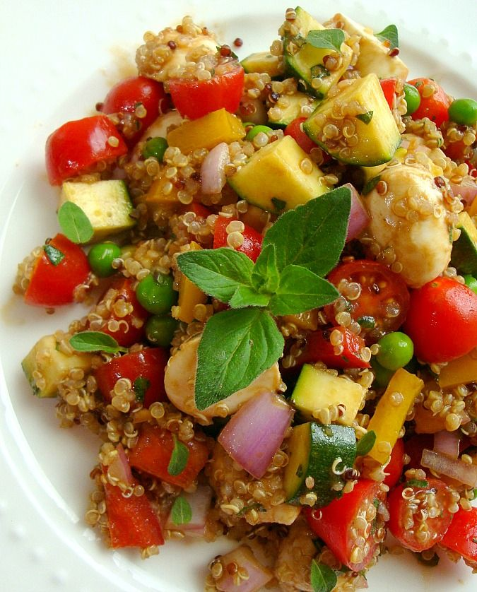 Vegetable and quinoa salad is delicious when zucchini and bell peppers are in season. A delicious dressing with balsamic vinegar and oregano completes the dish.