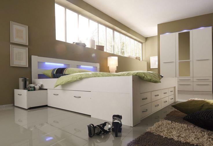 Bett, Made in Germany. Mit viel Stauraum unter der Liegefläche und Schubkasteneinsatz im Fußteil. Das Kopfteil mit Plexiglaseinsatz wird mit der Bettbeleuchtung besonders in Szene gesetzt.
