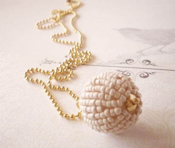 Um colar diferente! Urbano, delicado, elegante, você vai colher muitos elogios com esse colar! peça assinada e exclusiva!  Metais dourados, bola revestida de miçanga na cor palha. R$ 35,90