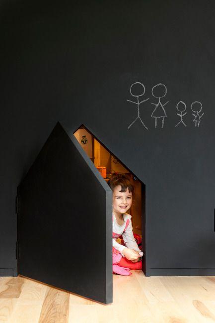 Dossier de presse | 1113-03 - Communiqué de presse | Maison de Gaspé - la SHED architecture - Architecture résidentielle - Cachette de Mirri et Viggo dans la salle de jeux - Crédit photo : Maxime Brouillet