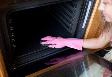 Rengøring af ovn, effektiv pletfjerner og rent bag sengen. Få læsernes bedste tips til et skinnende rent hjem