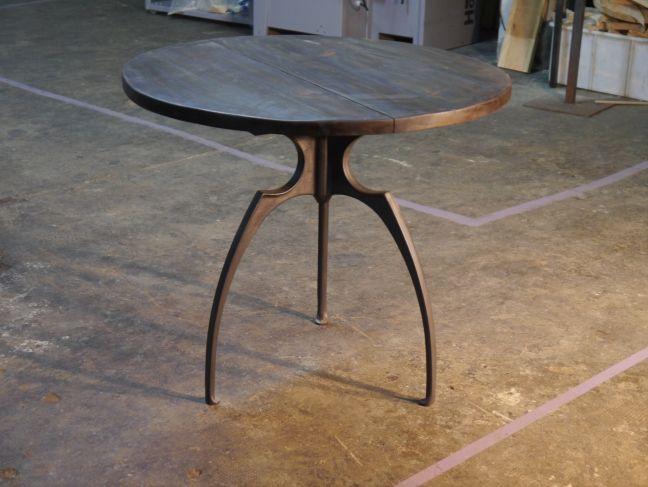 Mesa redonda de hierro con sobre de madera envejecida de - Sillas de hierro ...