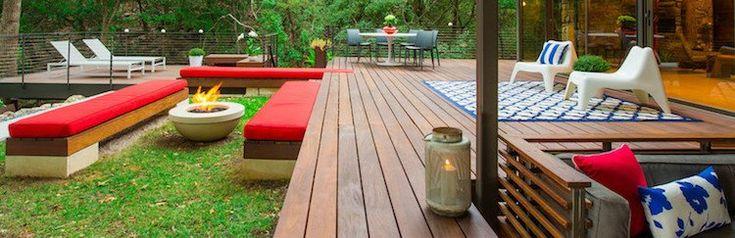 design-extérieur-terrasse-bois-tapis-extérieur-bancs-vasque-feu-ronde