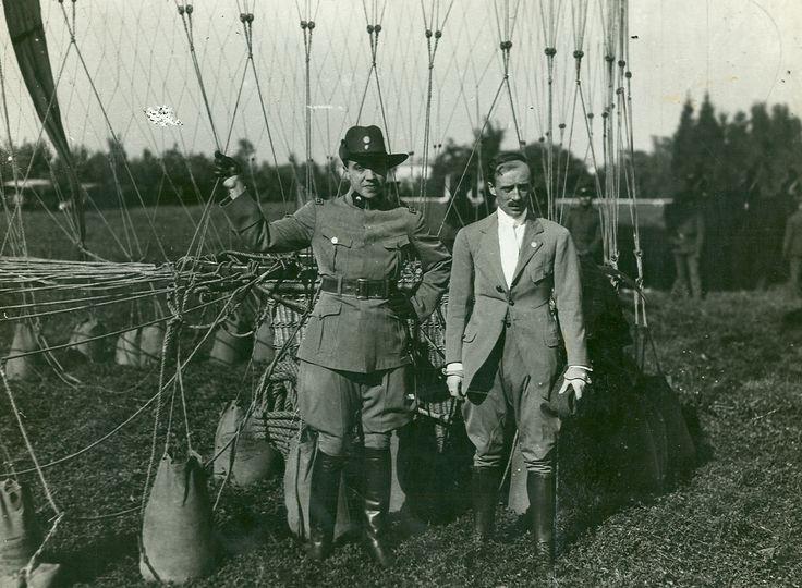 """CRUCE DE LOS ANDES EN GLOBO  El 24 de junio de 1916, el subteniente de reserva Eduardo Bradley y el capitán Ángel María Zuloaga sobrevuelan los Andes, por encima de las altas cumbres, en el aerostato """"Eduardo Newbery"""", de 2200 metros cúbicos. Parten desde Santiago de Chile, registran una altura máxima de 8100 metros y descienden cerca de Uspallata, luego de recorrer 180 kilómetros en 3 horas 30 minutos."""