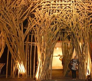 "Pintu masuk TBY yang juga dijadikan buah karya berjudul ""The Lost Vegetation"" karya Joko Dwi Avianto, merupakan simbolisasi vegetasi ""hutan"" yang berubah wujud bahkan hilang."