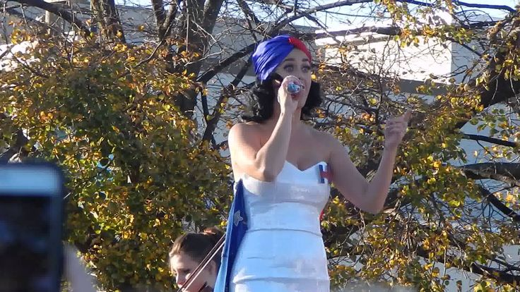 """This is Katy Perry performing """"Wide Awake"""" in Des Moines, Iowa at a rally in support for Hillary Clinton"""