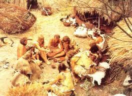 Hier zie je de polietiek van de jagers en verzamelaars. De jagers en verzamelaars hadden een soort van democratie. Ze verdeelden de taken tussen mannen en vrouwen. Hier zie je bijvoorbeeld dat ze aan het overleggen zijn.