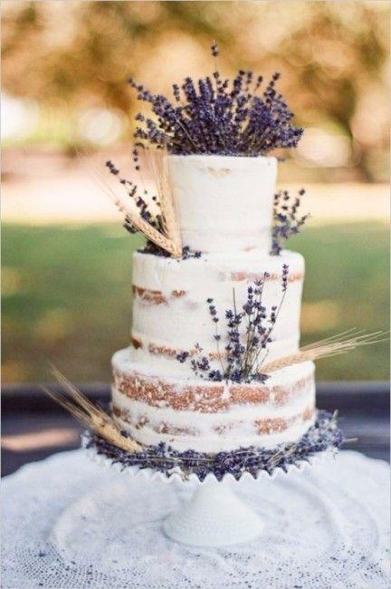 Naked cake champêtre avec plein de lavande. On le verrait bien pour un mariage en Provence !