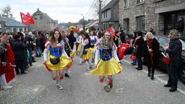 """Belçika'nın """"Türk köyü"""" olarak bilinen, ancak hiçbir Türk'ün yaşamadığı Faymonville'de gelenekselleşen karnaval, renkli görüntülere sahne oldu."""