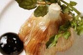 青森県天間林産『福地ホワイト六片』を使用した、イタリアンベースの創作にんにく料理/はじめの一っぽ_青森県天間林産  にんにくの丸揚げ