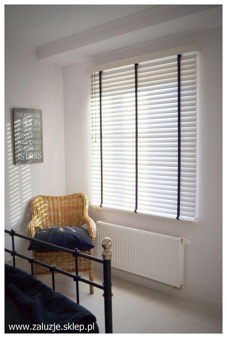 Białe żaluzje drewniane zamontowane w sypialni. Zobacz cennik żaluzji drewnianych 50 mm http://zaluzje.sklep.pl/akces/cenniki/2015/ZALUZJE-DREWNIANE-50MM.pdf