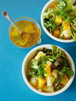 = 085 = 『果物で簡単ドレッシング』  黄×青すてき♥  生野菜でも 綺麗な色が多いですが 果物の色は まさにビタミンカラー♥  ドレッシングにまで 色をくれます♪  このレシピ的には 酵素シロップ ってなってますが  手をぬいて 普通にオレンジ で十分美味しいですよ(笑)