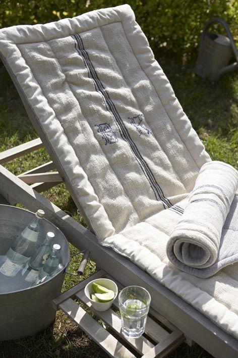Un beau coussin de chaise longue en lin monogrammé, c'est le confort et le style assuré dans votre jardin.                                                                                                                                                                                 Plus