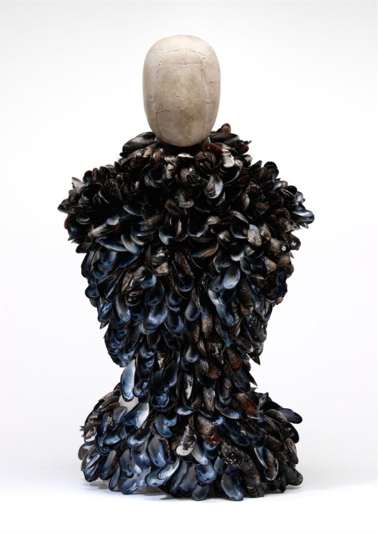 """Eksponat wystawy """"Alexander McQueen: Savage Beauty"""". Gorset z muszelek z kolekcji """"Voss"""", wiosna-lato 2001. http://www.tvn24.pl/zdjecia/eksponaty-wystawy-alexander-mcqueen-savage-beauty,44433,lista.html"""