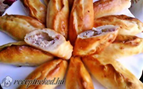 Krémsajtos-füstölt húsos kiflik recept fotóval