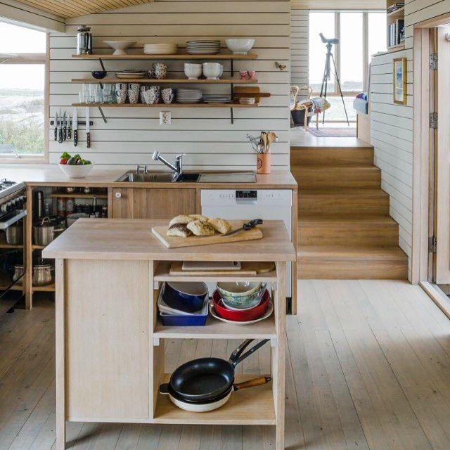 Lyst, stramt og åpent kjøkken med øy og åpne hyller. De åpne skapene og hyllene gir et luftig og avslappet preg. A minimalistic kitchen with open shelves. Foto: Helge Eek #hytteliv #hyttekos #kjøkken #hyttekjøkken #interiør #hytteinteriør #inspirasjon #hytteinspirasjon #cabin #cottage #kitchen #scandinavia #scandinavian #nordic #simple #simplelife