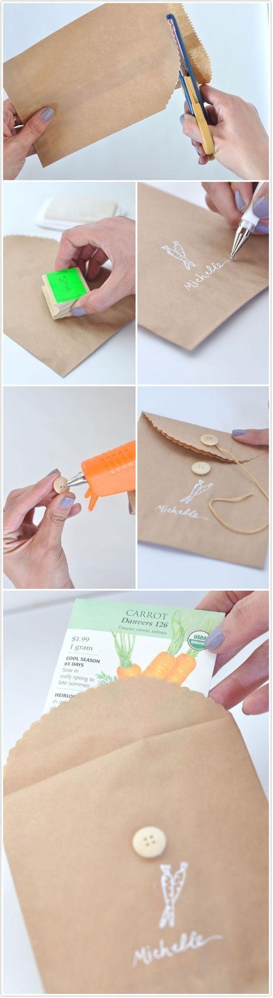 Simpele, bruine zakken, twee knopen, een touwtje en witte pen. In dit geval is het een zakje voor zaadjes, maar voor jou is het een envelop voor je geboortekaartje