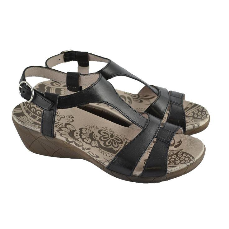 #Sandalias de tiras negras de piel Creta con suelas de goma y cuña también en material de goma de 5cm. de altura de la marca española WONDERS.