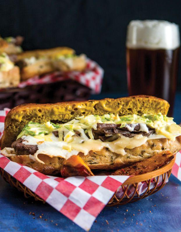 Un sándwich de arrachera marinada con todo, para él, que lo da todo.   Celebra el Día del padre, con verdaderos sándwiches