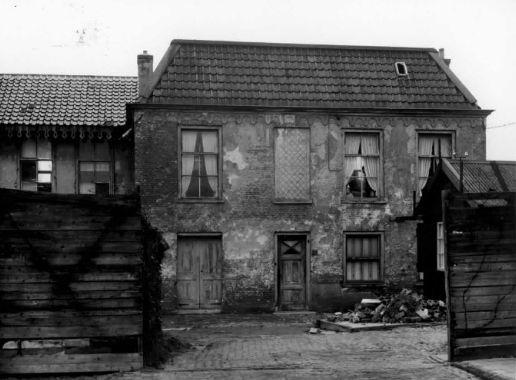 Foto, gemaakt tussen 1950 en 1960, van Equatorstraat 1A in de Sterrenwijk te Utrecht.
