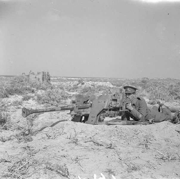 https://flic.kr/p/qAmrN7   2,8 cm schwere Panzerbüchse 41 (s.Pz.B. 41)   Afrique du Nord courant 1942 : un officier Britannique pose derrière un fusil antichar lourd allemand.